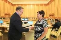 <b>Предс. Счетной палаты РФ С.В. Степашин вручает сертификат соответствия АКСОР зам. Предс. Счетной палаты Ульяновской области Горячкиной Н.В.</b><br>